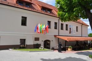 Hospicjum mieści się w zabudowaniach dawnego Klasztoru Sióstr Wizytek przy ulicy Rossa 4A (Rasų g.)