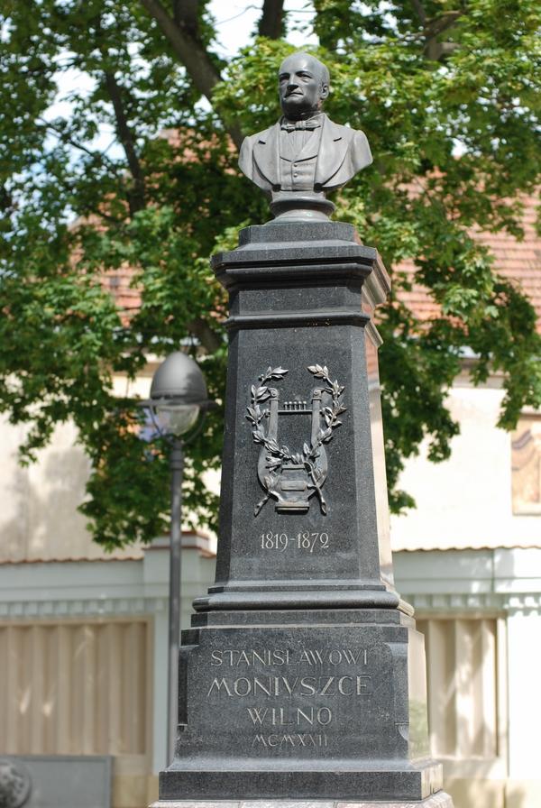 Pomnik Stanisława Moniuszki przy kościele św. Katarzyny, odsłonięty w 1922 r. Kompozytor spędził w Wilnie osiemnaście lat.